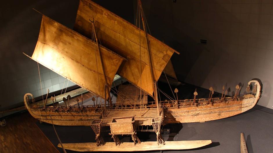 Vor dem Transport ins Humboldt Forum: Das Luf-Boot im Ethnologischen Museum in Berlin-Dahlem