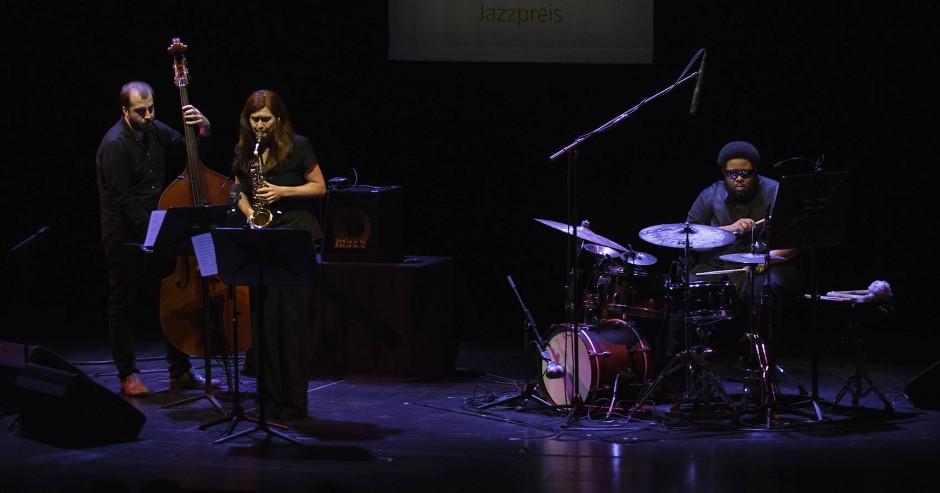 Chris Tordini, Angelika Niescier und Tyshawn Sorey (von links) beim Konzert zur Mangelsdorff-Preisverleihung