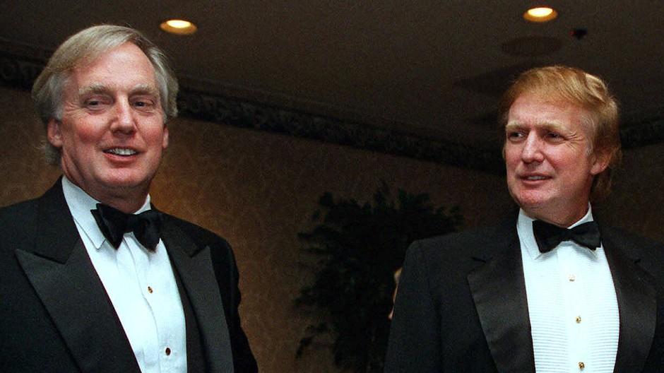 Mit Blick auf das Buch der Nichte sind sie heute einer Meinung: die Brüder Robert (l.) und Donald Trump im November 1999.