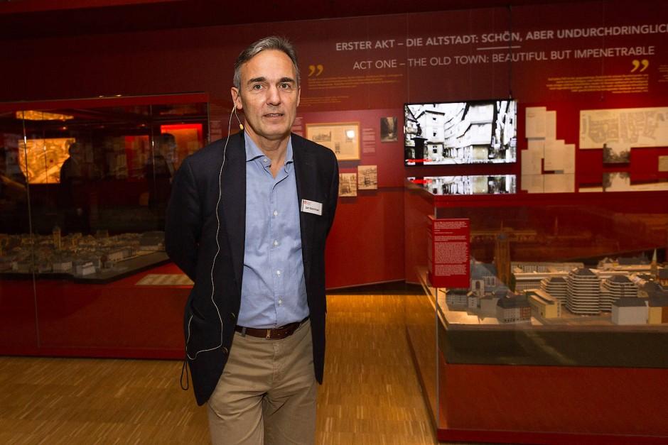 Er hütet das Bild, das sich ständig wandelt: Museumsdirektor Jan Gerchow vor den Altstadtpanoramen, die bereits im alten Bau zu sehen waren.