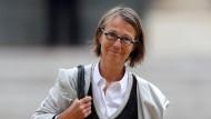 Wer befürchtete, mit Macron hielte die kalte Effizienz Einzug in Frankreichs Kulturpolitik, darf jetzt erleichtert aufatmen: Françoise Nyssen auf dem Weg zu ihrem ersten Kabinettstreffen im Élysée-Palast.