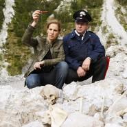 Was ist das? Sonja Schwarz (Chiara Schoras) inspiziert am Tatort.