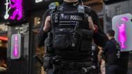 Razzia in Neukölln: Polizisten vor einer Shisha-Bar.