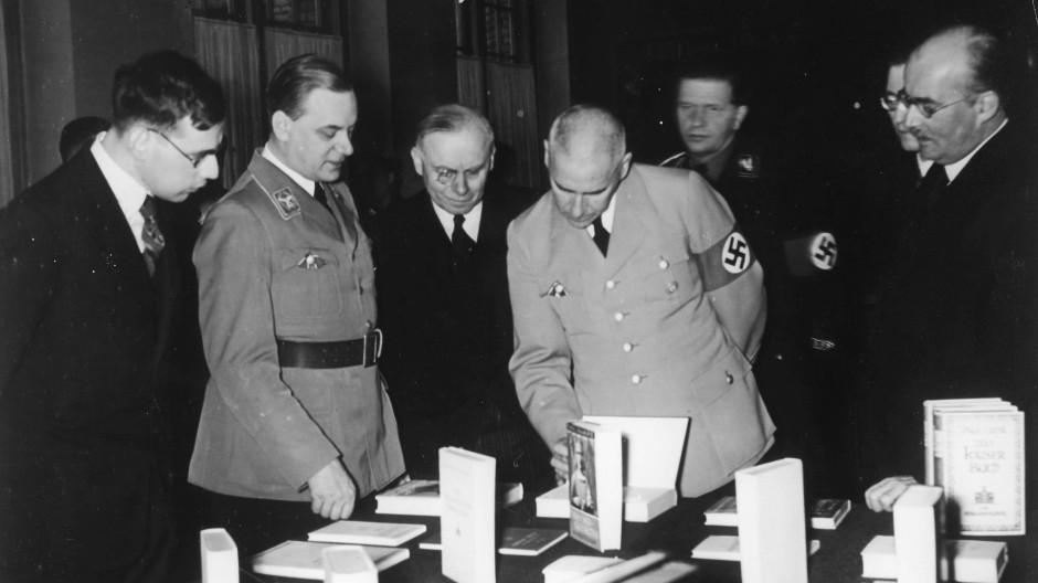 """Wilhelm Frick und der Leiter der Reichsschrifttumskammer Hanns Johst besichtigen die Ausstellung """"Das Politische Deutschland"""" in der Preußischen Staatsbibliothek in Berlin, 1936"""