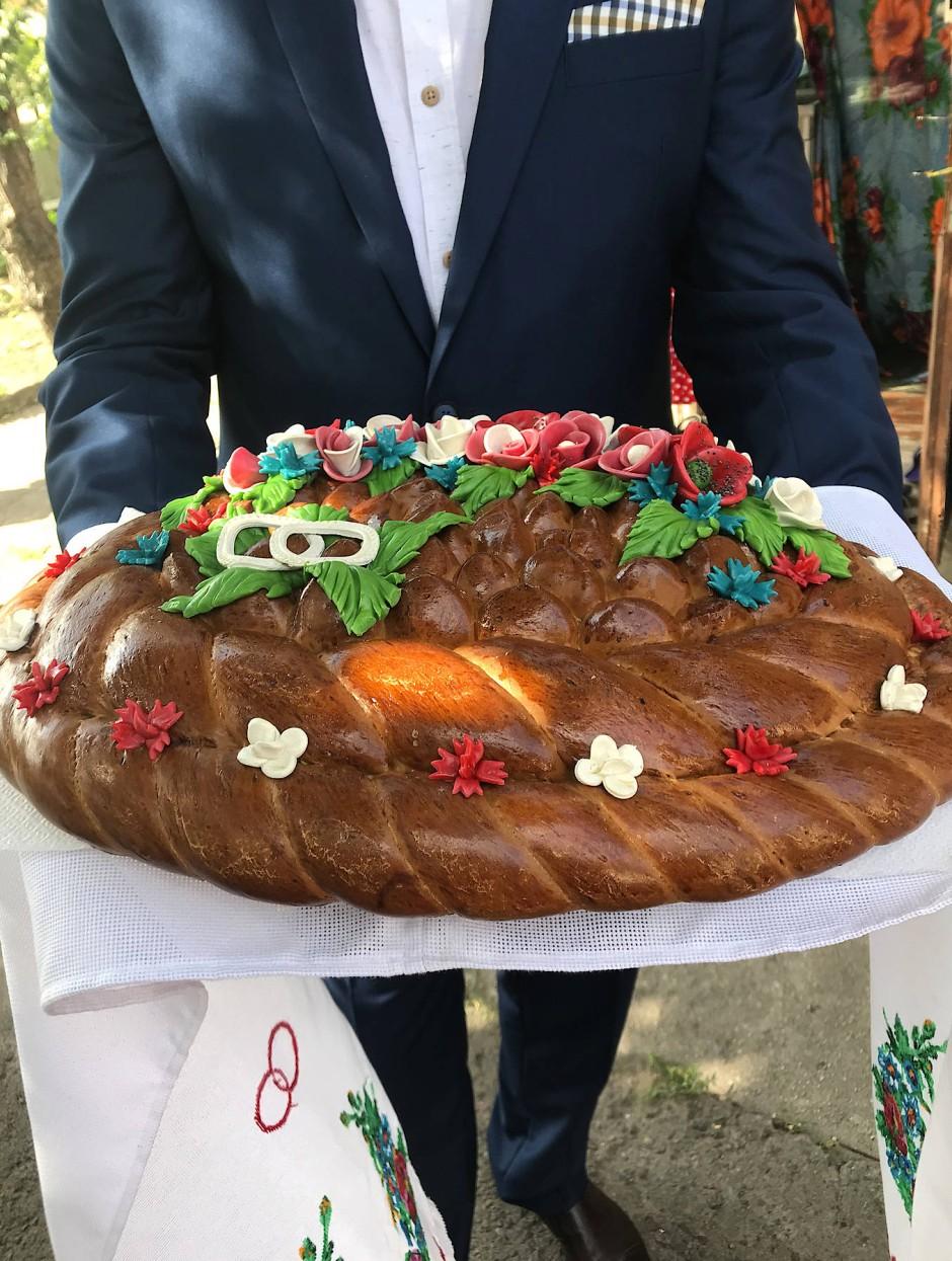 Der Karawai: Das Brautpaar muss ein Stück von diesem Brot brechen. Der, der das größere Stück abgebrochen hat, wird das Familienoberhaupt.
