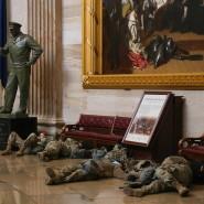 "Erschöpft: Soldaten der National Guard lagern in der Rotunde des Kapitols unter Robert Weirs berühmtem Gemälde ""Embarkation of the Pilgrims"""