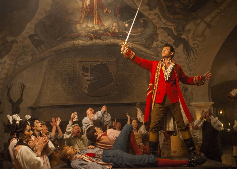 Wer ist hier wohl am meisten wert? Der Schönling mit dem schönsten Schwert! Gaston (Luke Evans) trumpft auf.