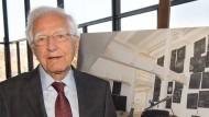 """Erich Marx im Februar 2015 vor einem Foto, dass das Werk """"Das Kapital Raum 1970-1977"""" von Joseph Beuys zeigt: Marx hatte das Werk gekauft und wollte es der Nationalgalerie als Leihgabe überlassen."""