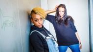 Die beiden Berliner Rapperinnen SXTN, Nura und JuJu