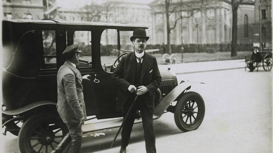 Der deutsche Verkehrsminister Johannes Bell von der Zentrumspartei war einer der Unterschriftsberechtigten in Paris.