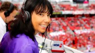 Unverwechselbar: WDR2-Sportchefin Sabine Töpperwien sitzt in einem Stadion an einem Mikrofon des Hörfunksenders.