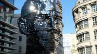 Ein paar Schritte weiter saß er wirklich oft im Kaffeehaus: David Černys elf Meter hoher Kafka-Kopf in Prag.