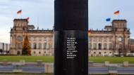 """Die Säule des Zentrums für politische Schönheit gegen den """"Verrat an der Demokratie"""". Sie steht aktuell in Berlin Mitte. Wie lange noch, ist aber auch egal."""