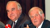 Helmut Kohl mit Kurt Biedenkopf im September 1994 in Bonn: Am Zustandekommen von Kohls Spendensammelbecken war Biedenkopf in seiner Zeit als Geschäftsführer des Henkel-Konzerns der Recherche zufolge aktiv beteiligt.