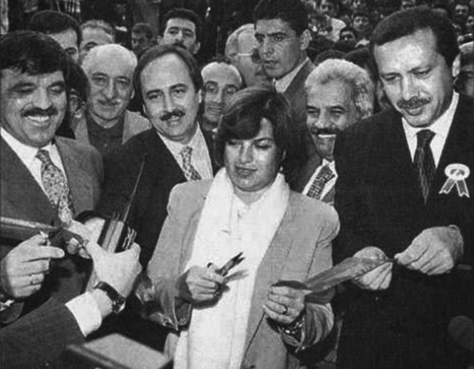 Der Autor Bülent Mumay bezieht sich in seinem Text auf dieses Bild das am 24. Oktober 1996 in der türkischen Tageszeitung 'Milliyet' erschienen ist.