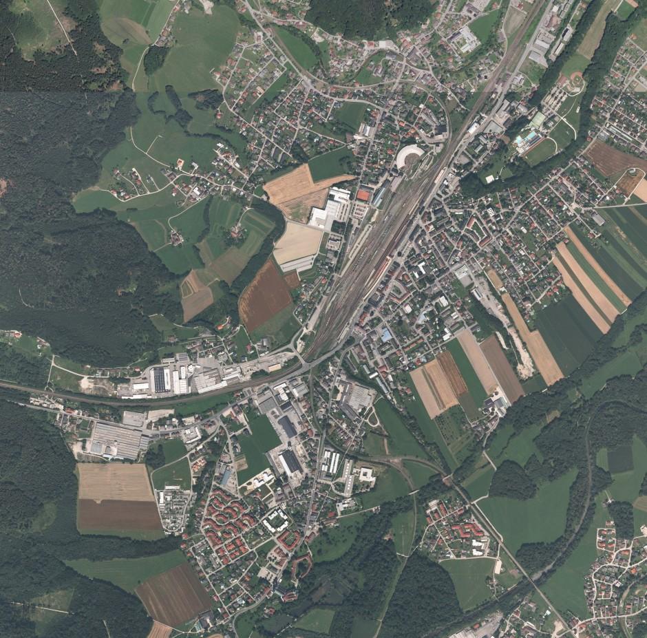 Noch aus dem Weltall als Gleiskörper zu erkennen: Attnang-Puchheim in Oberösterreich