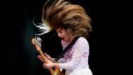 In Videos verzichtet die Band jetzt auf Stunts, auf der Bühne nicht: Este Haim beim Auftritt vor kurzem in Glastonbury