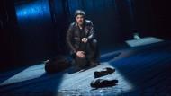 Na, Jüngelchen, müssen wir so einen Krawall machen? Gideon (Michael Esper) ist zurück in seine Heimatstadt gekommen und zettelt einen Streit an.