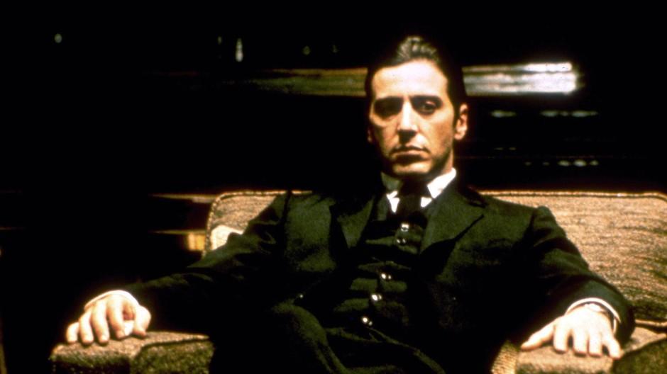 """Die Rolle, die seinen weiteren Kunst- und Karrierekurs bestimmte, war die eines Mannes, der aus Familienpflicht selbst eine Rolle spielen muss, die ihm zutiefst verhasst ist: Al Pacino als Mafiaboss Michael Corleone in """"Der Pate II""""."""
