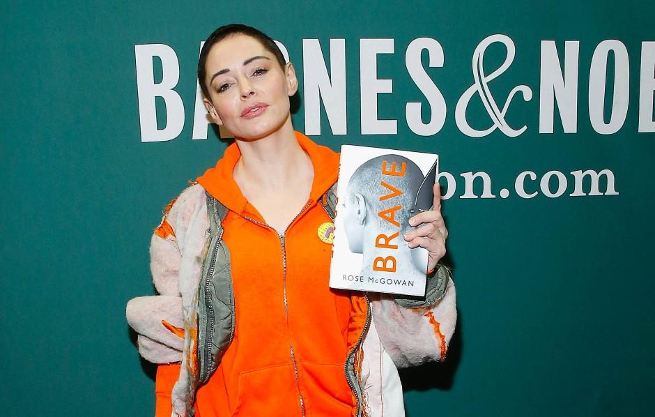 """Man sollte ihr zuhören, auch wenn es manchmal schwer zu ertragen ist: Rose McGowan mit ihrer Autobiografie """"Brave""""."""
