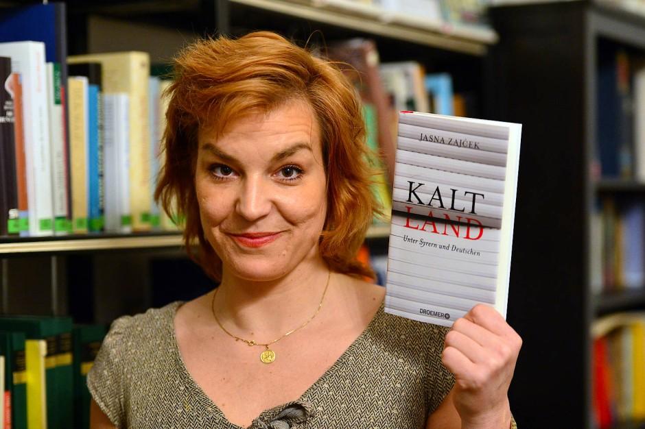 """Die Autorin und ihr Buch: Jasna Zajčeks """"Kaltland"""". Unter Syrern und  Deutschen, erschienen bei Droemer Verlag, München 2017. 256 S., geb., 19,99 Euro."""
