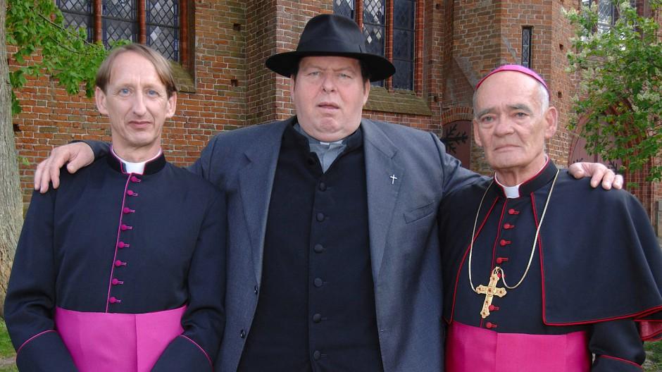 """Hans-Michael Rehberg (r.) mit Gilbert von Sohlern (l.) und Ottfried Fischer im Mai 2009 bei Dreharbeiten zu """"Pfarrer Braun""""» am 07.05.2009"""