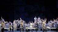 """Massenszenen konnte Verdi besser als Wagner. Deshalb hier ein Bild aus dem venezianischen """"Otello"""": Hurra-Gesänge im Zeichen von Löwe und Skorpion"""
