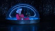 Der Amigo (Martin Wuttke) in der Raumkapsel: traurig