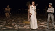 Ehebruch mit Zuschauer: Senecas Doppelgänger kommentiert gestisch den Dialog von Kaiserin und Page.