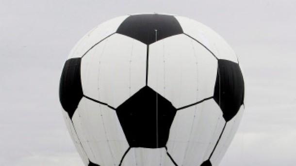 Und im Himmel schwebt der Fußballon