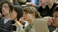 Ist das der gewünschte Trend? Susanne Lossow und Quynh Phan Ngoc besuchen im Jahr 2007 als 17 Jahre alte Gymnasiastinnen eine Vorlesung an der Martin-Luther Universität in Halle.