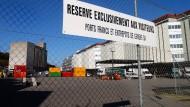 Wer weiß, welche Schätze hinter diesem Zaun noch schlummern: Das Zollfreilager von Genf
