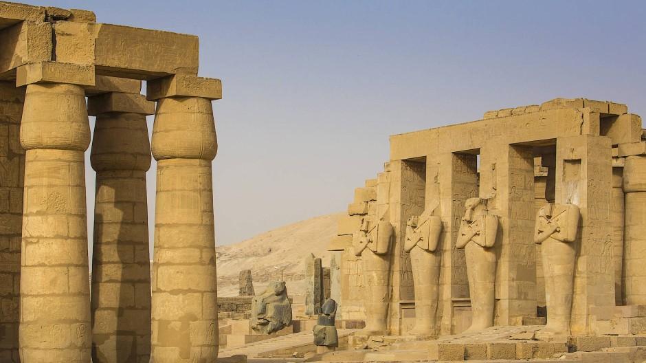 Ihr Menschen seid bloß winzige, unbedeutende Wesen zwischen diesen kolossalen, den Gottheiten gewidmeten Monumenten.