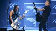 """Im Dialog: Robert Trujillo und James Hetfield spielen anlässlich der Vorstellung des Films """"Through The Never"""" im Juli in San Diego"""