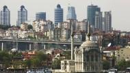 Von fremden Mächten wunderbar gebauet: Istanbuls Hochhäuser, im Vordergrund die Mecidiye Moschee