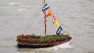 Blumenboot auf der Themse in Gedenken an die am 16. Juni ermordete britische Politikerin Jo Cox