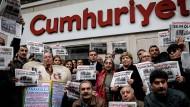 Der Protest durch Medien, Politiker, Künstler und Leser hält bis heute an. Das macht Hoffnung. Doch was fehlt, ist eine garantierte Pressefreiheit in der Türkei.