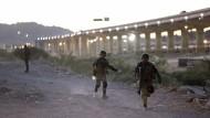 Mit harten Bandagen: Militärpolizisten wollen Migranten am Überqueren des Grenzflusses Rio Grande hindern.