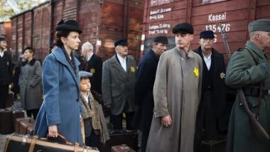Gerda Leyserson (Magdalena Plyszewska) mit Sohn Peter bei der Deportation.