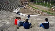 Bei Kinderstudienreisen ist der Bewegungsdrang eingeplant: im Theater von Ostia Antica.