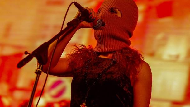 Russische Polizei stoppt Punkband bei Videodreh