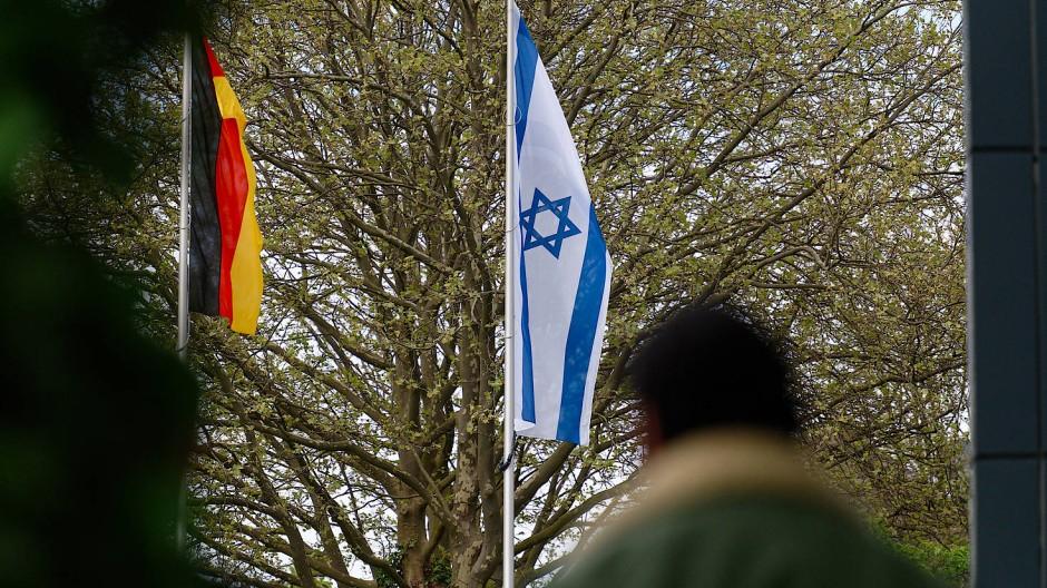 14.05.2021, Nordrhein-Westfalen, Solingen: Eine Israelische Fahne hängt vor dem Rathaus an einem Mast. Nachdem eine Israelische Fahne verbrannt wurde, setzt die Stadt Solingen mit einer Kundgebung ein Zeichen gegen Hass und gegen das Wiedererstarken von Antisemitismus.