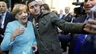 Selfie mit Folgen: Anas Modamani und Bundeskanzlerin Angela Merkel im Jahr 2015 - das Foto wurde inzwischen auf Facebook in mehreren verleumderischen Zusammenhängen verbreitet.