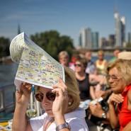 Is des schee: Passagiere an Deck des Ausflugsschiffes Johann Wolfgang von Goethe.