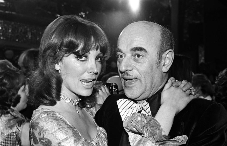 Artur Brauner 1974 auf dem Mathäser-Filmball in München mit Petra Schürmann