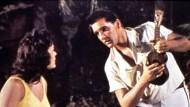 """So glauben Sie doch dem Ukulelisten: Szene aus dem Film """"Blue Hawaii"""" aus dem Jahr 1961"""
