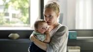 Bedrohtes Glück: Sabine Hallmann (Katharina Heyer) mit dem kleinen Leon (Paul Lehmann)