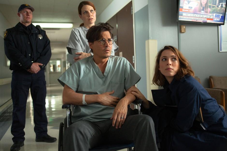 Will Caster (Johnny Depp) stirbt früh, aber seine Geliebte Evelyn (Rebecca Hall) sorgt dafür, dass seine Seele in einem Computer weiterlebt.