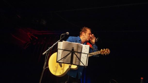 Funny van Dannen - Der deutsche Liedermacher, Schriftsteller und Maler gibt  im Pavillon Hannover ein Konzert und stellt seine neue Platte Fischsuppe vor.