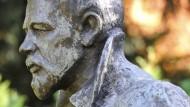 Bloß keine Ähnlichkeit mit einem Grabstein: Tschechow-Büste im Kurpark von Badenweiler